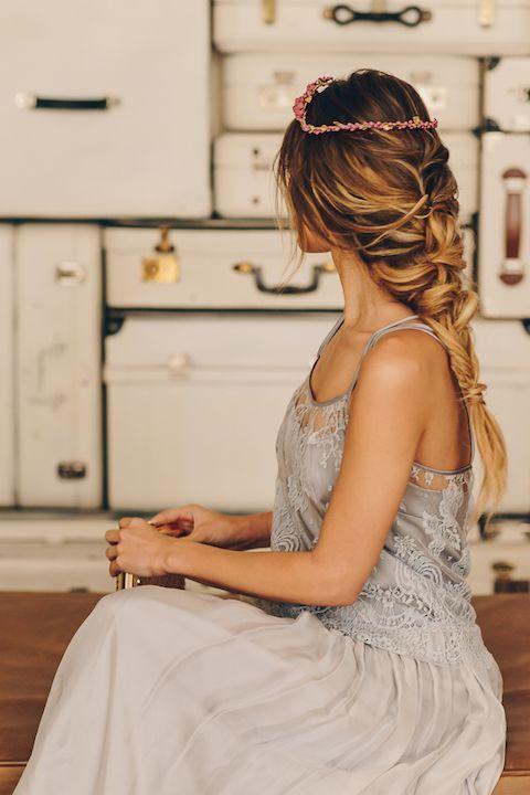 Oui_novias_inspiracion_invitada_trenza-invitada-novia-gris-perla-vestido-6